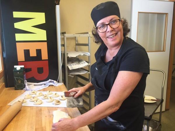 Ann-Lis bakar i köket